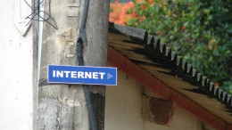 En skylt med texten internet