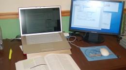 En dator och studieböcker