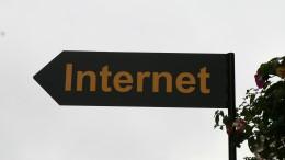 En skylt med texten Internet på