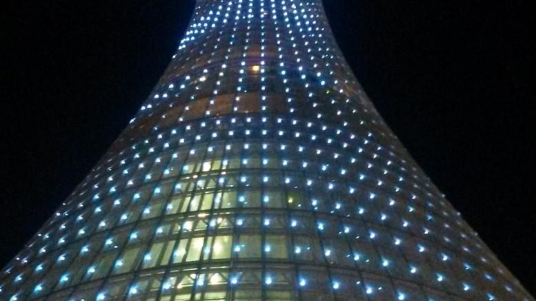 Skyskrapa på natten