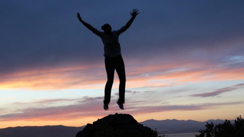 Man som hoppar av glädje