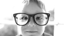 Ett barn med glasögon
