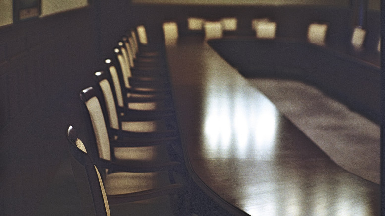 Ett tomt mötesbord