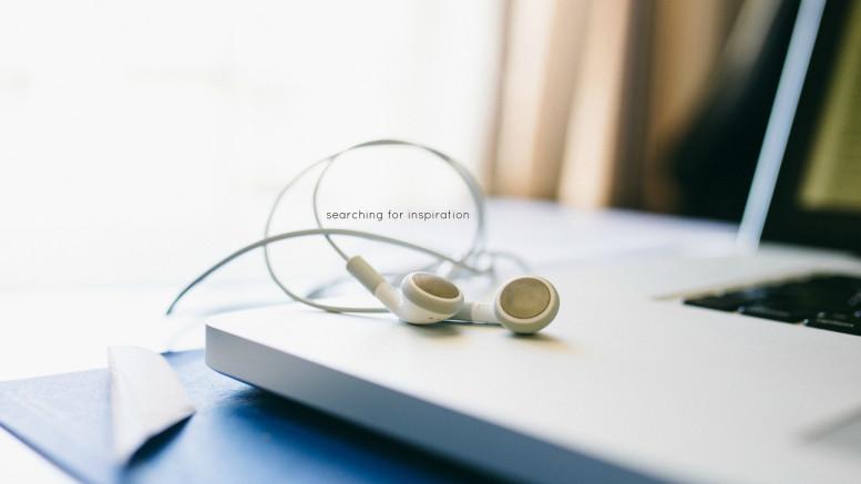 En dator med hörlurar