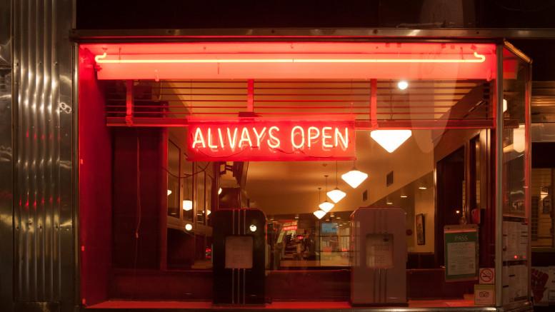 """En skylt med texten """"Always Open"""""""