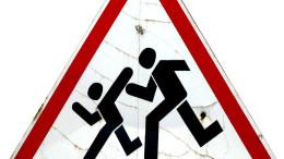 En varningsskylt med barn på väg till skolan