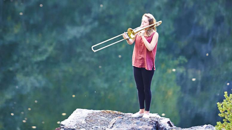 En trombonist på ett berg