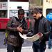 Två människor läser en karta