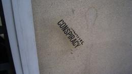 """Någon har skrivit """"conspiracy"""" på en husvägg"""