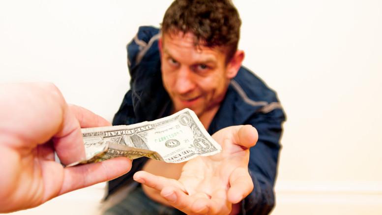 En man tar pengar