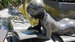Staty av läsande flicka