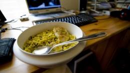 Mat framför datorn